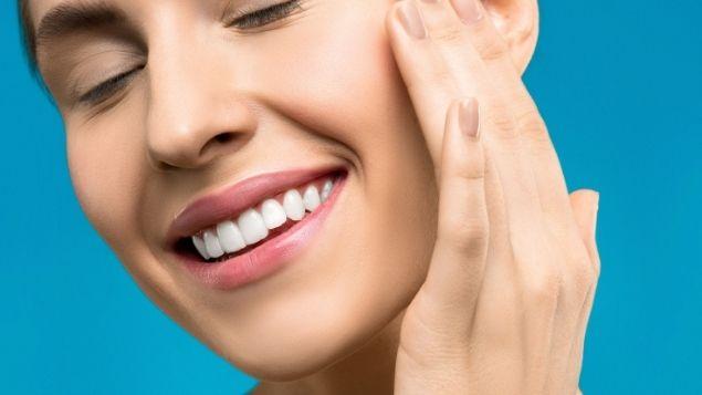 mujer con sus nuevas carillas dentales